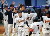 图文:棒球北京胜天津获季军 获胜后集体庆祝
