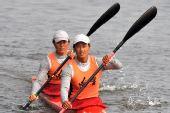 图文:皮艇500米女子双人 冠军选手驶回检录处