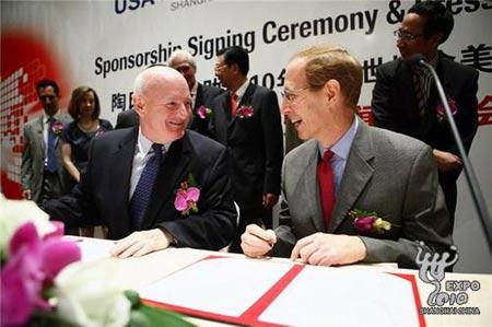 美国国家馆组织方理事会主席季瑞达与陶氏全球高级副总裁麦健铭分别代表双方签署赞助协议