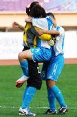图文:女足成年组上海获季军 赛后激动拥抱庆祝