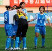 图文:女足成年组上海获季军 抱作一团庆祝胜利