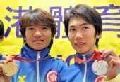 图文:香港自行车队今日返港 黄金宝展示奖牌