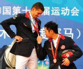 图文:马术场地障碍个人赛颁奖 仔细端详金牌