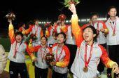 图文:女足成年组辽宁队夺得冠军 高举鲜花庆祝