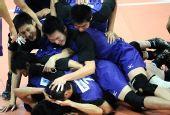 图文:男排决赛上海3比0胜解放军 扑在一起庆祝