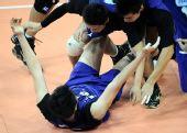 图文:男排决赛上海3比0胜解放军 扑向一名队员
