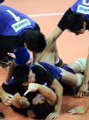 图文:男排决赛上海3比0胜解放军 扑倒在地庆祝