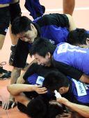 图文:男排决赛上海3比0胜解放军 叠罗汉庆祝