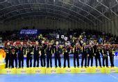 图文:男子手球颁奖仪式举行 季军解放军队合影