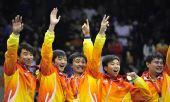 图文:男子手球颁奖仪式举行 江苏队员挥手致意