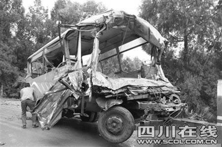 中巴车被撞得面目全非(本报资料图片)