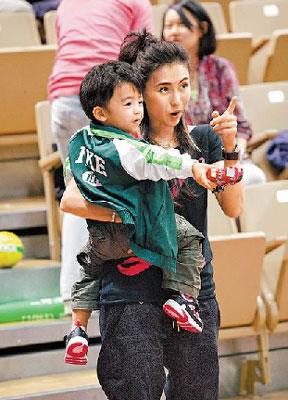 张柏芝经常抱着儿子亮相