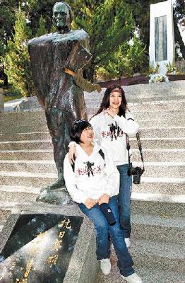 徐若�u(右)昨出席记者会,左为徐妈妈。