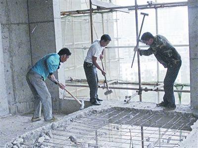 施工人员正在拆除违建超高部分