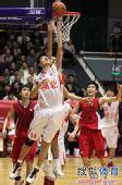 图文:男篮排位赛湖北VS新疆 反手上篮