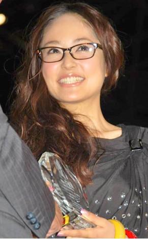 第22届日本最佳戴眼镜大奖 井上真央获奖出席图片