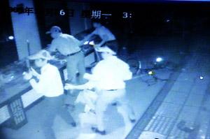五名劫匪凌晨洗劫珠宝店。