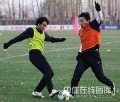 图文:[中超]长春备战重庆 闫峰对抗