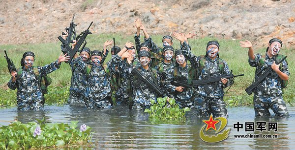 训练结束后,女兵们把最可爱的瞬间留在了训练场.
