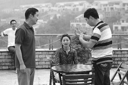 张国立(左)正在给演员说戏