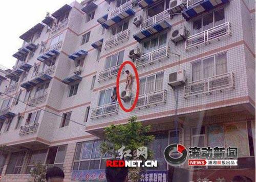 裸体 空调/男子裸体站三楼窗外引围观。网友摄