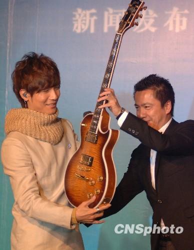 王中磊亲自赠送电吉他