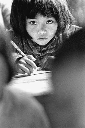 """小姑娘苏明娟的""""大眼睛""""成为希望工程的宣传标志。"""