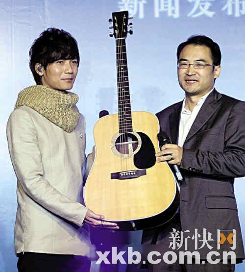 陈楚生获赠电吉他