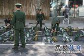 图文:[中超]中超末轮国安战前 防暴警察护具