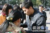 图文:[中超]中超末轮国安战前 黄博文签名