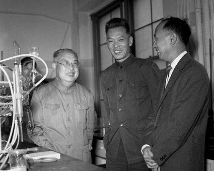 中国著名科学家钱学森从美国返国,在1955年10月12日到达上海。这是钱学森和老同学、中国科学院植物生理研究所副所长殷宏章(中)见面。左为植物生理研究所所长罗宗洛。