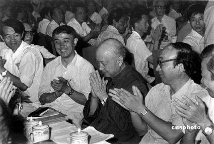 1986年6月27日,中国科协三大会议选举著名科学家钱学森(右二)担任新的科协主席。