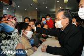 温家宝在北京儿童医院看望甲流患者(组图)