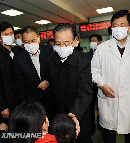 10月31日,中共中央政治局常委、国务院总理温家宝来到北京儿童医院,看望各地来此就诊的甲流患者,并向奋战在防控一线的医务工作者表示亲切慰问。新华社记者饶爱民摄