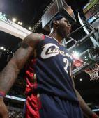 NBA图:骑士杀破狼迎首胜 詹姆斯篮下兴奋咆哮