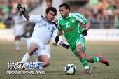 图文:[中超]北京4-0杭州夺冠 马丁带球