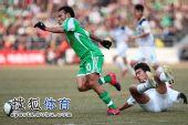 图文:[中超]北京4-0杭州夺冠 马丁过人