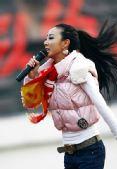 图文:[中超]长春3-2重庆 球迷中场献唱