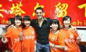 图文:济南球迷挽留安塔尔 拥抱女球迷