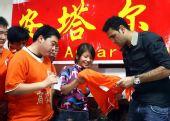 图文:济南球迷挽留安塔尔 赠送礼物