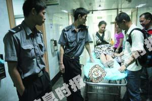 一女子被高空跳下的女子砸中腿部,幸好没有大碍。信息时报记者