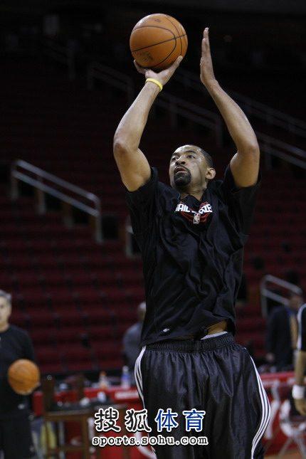 图文:[NBA]火箭VS开拓者 霍华德投篮