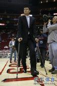 图为:[NBA]姚明助威火箭 巨人获得热烈掌声