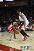 图文:[NBA]开拓者负火箭 火箭球员进攻