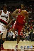 图文:[NBA]开拓者负火箭 阿里扎传球