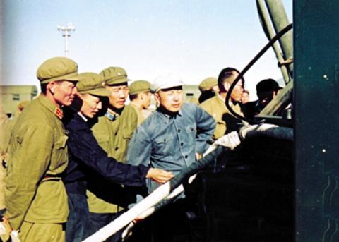 钱学森(左四)多次到发射中心指导发射任务
