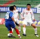 图文:[亚青赛预赛]国青13-0菲律宾 前锋反抢