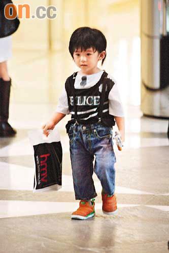 Lucas拿着玩具枪又有型又威武