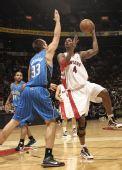图文:[NBA]魔术战胜猛龙 波什内线进攻