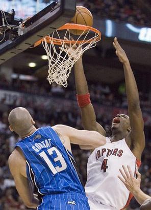 图文:[NBA]魔术战胜猛龙 波什遭遇犯规